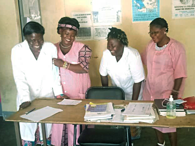 Frauen bereiten Soumbala zu