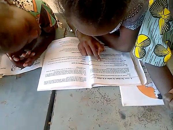 SchülerInnen mit Büchern