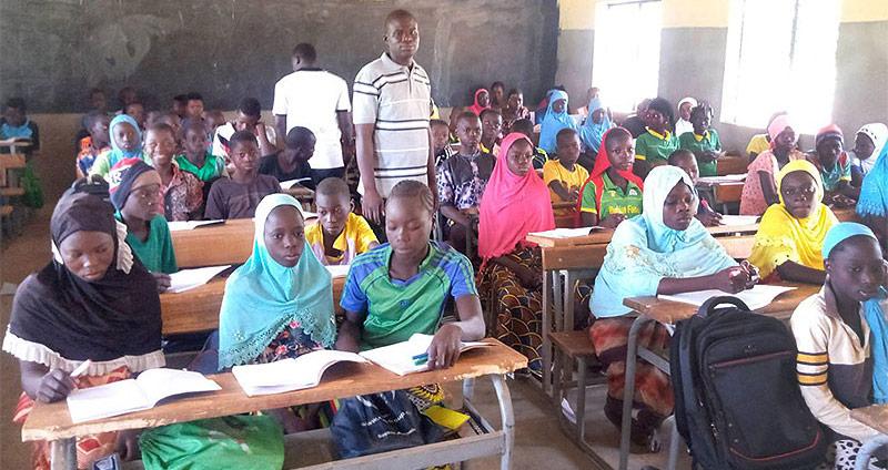 Schüler und Schülerinnen im Klassenraum